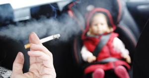 ¿Debería prohibirse fumar en el coche con menores?