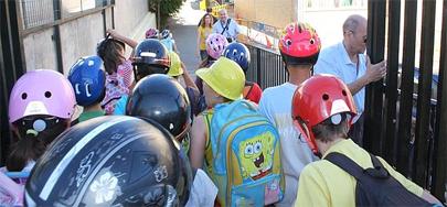 Con casco a la escuela para protestar
