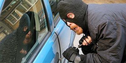 Le roban el coche mientras salvaba a una mujer
