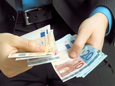 Indigente encuentra miles de euros y los devuelve