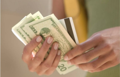 Un conductor de autobús devuelve un sobre con casi 43.000 dólares