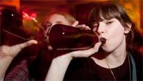 Adolescentes y universitarios consumen la misma cantidad de alcohol