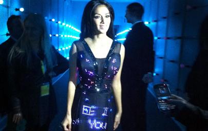 Muestra tus tweets con el vestido Twitter LED