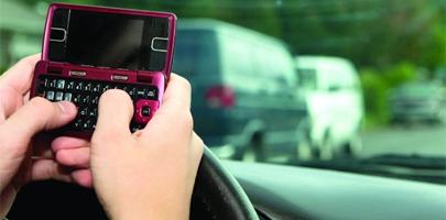 3 de cada 10 jóvenes usan el móvil al volante