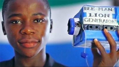 Niño de Sierra Leona construye emisora de radio con basura