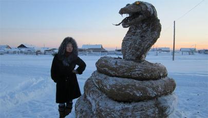 Crea una escultura gigante de caca de vaca congelada