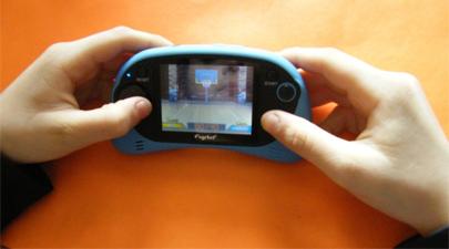 Jugar con pantallas pequeñas puede dañar la vista de los niños