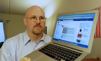 Padre firma un contrato con su hija para que abandone Facebook