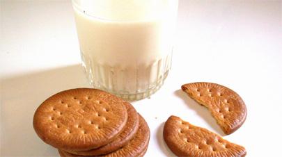 Leche y galletas, remedio eficaz contra el insomnio