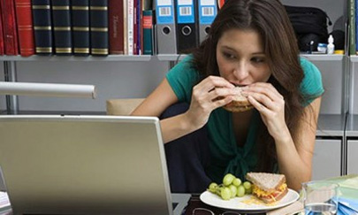 Si comes y juegas a la vez consumes más calorías