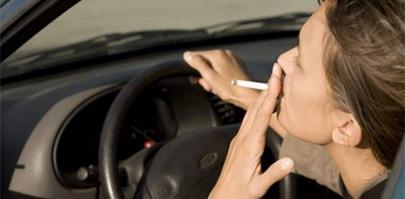 Médicos piden prohibir fumar en vehículos con niños