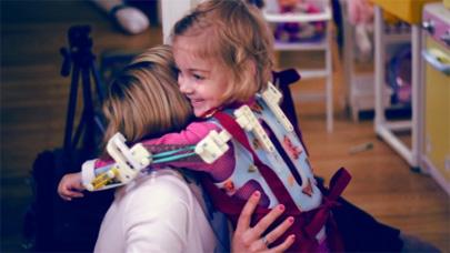 La impresión 3D permite a una niña mover sus brazos
