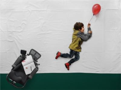 La imaginación de un fotógrafo alegra la vida a un chico con distrofia