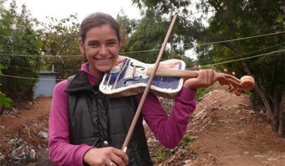 Una orquesta infantil fabrica sus instrumentos con la basura de un vertedero