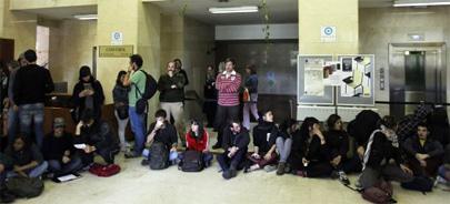 Encierro de 80 estudiantes para evitar la expulsión de 2.000 alumnos