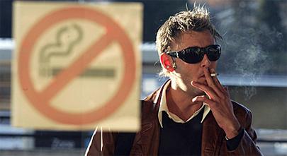 ¿Sales del bar para fumar? ¡Peor!