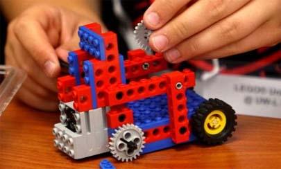 Niño aprende a construir motores jugando con Lego