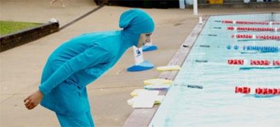 A clases de natación aunque sea con un 'burkini'