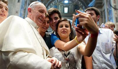 El 'selfie' del Papa con unos jóvenes arrasa en Internet