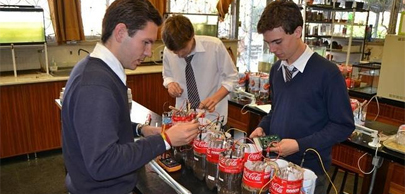 Estudiantes crean una pila que no contamina
