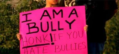 Obliga a su hijo a disculparse en plena calle por hacer bullying