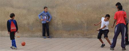 Jugar al fútbol en la calle podría suponer una multa de hasta mil euros