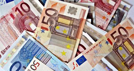 Grupo de jóvenes devuelven 56.000 euros que encontraron en Granada