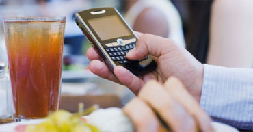 Para comer bien, el móvil fuera de la mesa