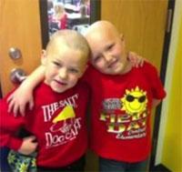 Un niño se rapa el pelo para apoyar a su amigo enfermo