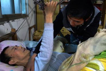 Cuida a su padre paralítico en su residencia universitaria para poder acabar sus estudios