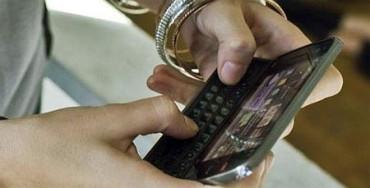 Los traumatólogos empiezan a tratar casos de tendinitis en jóvenes por el uso del móvil