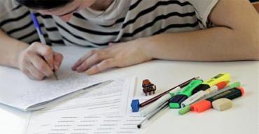 Alumnos voluntarios ayudan en sus estudios a niños desfavorecidos