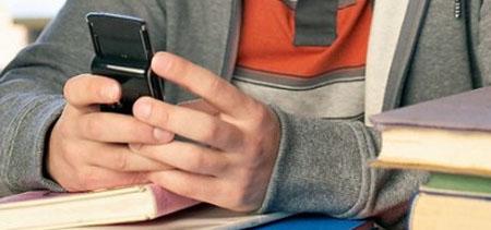 Francia prohibirá en 2018 a los estudiantes llevar móviles al colegio