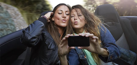 El 59% de los españoles admite ser adicto a los selfies