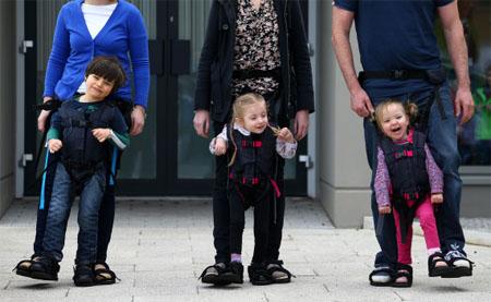 Crea un arnés para niños con dificultades para caminar