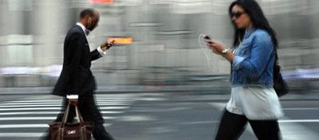 Un móvil transparente para evitar tropiezos