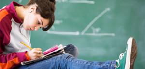 La pobreza triplica las posibilidades de que el alumno saque peores notas
