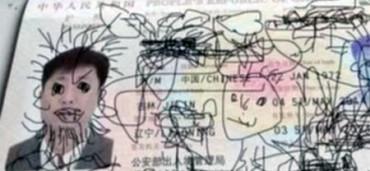 Niño deja atrapado a su padre tras dibujar en su pasaporte