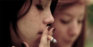 Los españoles son los europeos que empiezan a fumar más jóvenes