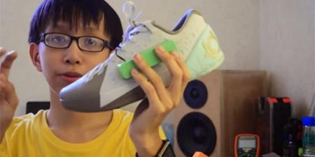 Un adolescente crea un calzado que genera electricidad