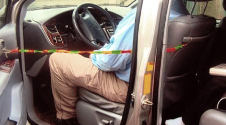 Un niño sabe cómo evitar que los padres olviden a sus hijos en el coche