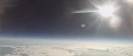 """Estudiantes lanzan un móvil en """"misión espacial"""""""