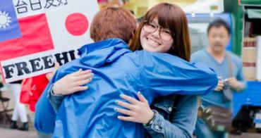 Un joven japonés reparte abrazos por la paz durante 3 años