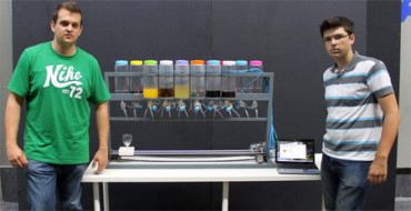 Dos jóvenes diseñan un robot que prepara cócteles