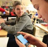 Recibir mensajes de texto alentadores reduce el abandono escolar