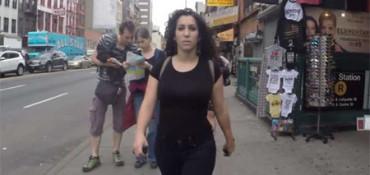 Esto soporta una joven cuando pasea por NY durante 10 horas