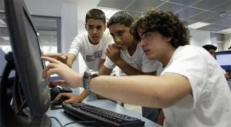 Estudiante crea una pulsera para alejar a los jóvenes de los ordenadores