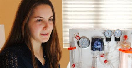 Una estudiante diseña una económica máquina de diálisis