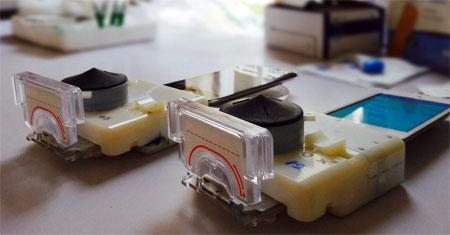 Este dispositivo conectado a un smartphone hace la prueba del sida en minutos
