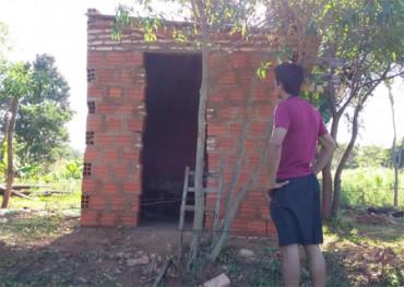 Grupo de jóvenes paraguayos se unen para construir un nuevo hogar a un anciano
